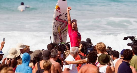 מזל טוב! Sally Fitzgibbons ניצחה בתחרות Roxy 2013 בצרפת